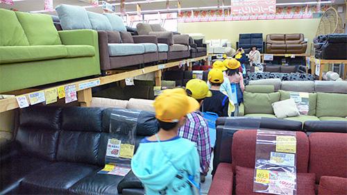 ソファ売り場には、上にも下にもソファが並んでいます